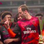 Petr Cech ngăn đồng đội ăn mừng sau trận thắng Bayern