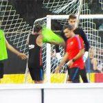 Neymar đánh nhau với đồng đội trên sân tập của Barca