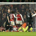 Welbeck ghi bàn bằng đầu gối, Arsenal vào bán kết Cup Liên đoàn