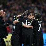 CĐV West Ham xông vào sân, phá màn chia vui của Chelsea
