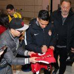 Falcao ký vào áo Man Utd khi chuẩn bị đối đầu Man City