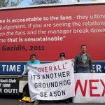 CĐV tiếp tục giăng biểu ngữ, hối Arsenal sa thải Wenger
