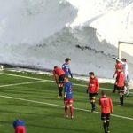 Bức tường tuyết cao 6 mét bao quanh sân bóng đá ở NaUy