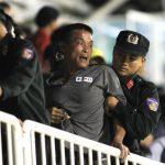 CĐV ném chai lọ, lãnh đạo HAGL lao vào sân phản đối trọng tài