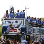 Hàng nghìn CĐV xuống đường mừng đội giành vé vớt lên Ngoại hạng Anh
