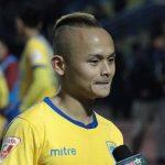 Pha 'bỏ bóng đá người' khiến cầu thủ Thanh Hoá bị phạt nguội