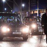 CĐV lái xe tang và đeo mặt nạ Ranieri ở trận đấu Liverpool
