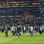 CĐV hỗn chiến, đào thoát xuống sân ở Europa League