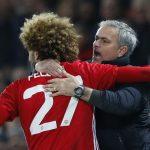 Fellaini ôm ghì Mourinho sau khi ghi bàn đầu tiên mùa này