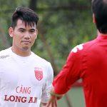 Đội trưởng CLB Long An: 'Chúng tôi bức xúc vì trận nào cũng bị phạt đền'