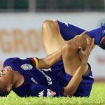Tiền đạo Anh Đức suýt gãy chân vì pha bóng thô bạo ở V-League