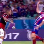 Cầu thủ bị đuổi sau pha bay người tự ngã như trong phim