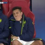 Alexis Sanchez cười cợt trong khi Arsenal nhận thảm bại