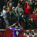 CĐV Sevilla ném chai, sỉ nhục Ramos sau quả phạt đền kiểu Panenka