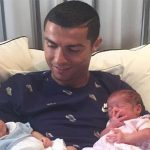 Ronaldo khoe ảnh hai con mới