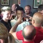 Lingard đãi CĐV Man Utd một chầu bia