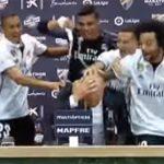 Học trò trút champagne lên đầu Zidane giữa cuộc họp báo