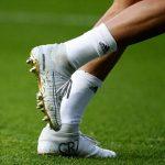 Ronaldo dùng giày vàng trong ngày khoe Quả Bóng Vàng