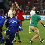 Fan cuồng lao xuống sân tóm áo Ronaldo
