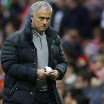 CĐV Man Utd tính thuê máy bay giăng biểu ngữ đòi Mourinho ra đi
