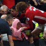 Fellaini cứu bà cụ bị đè ngã sau bàn thắng muộn của Man Utd