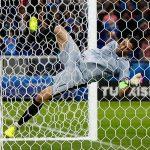 Buffon ngã ngửa vì màn đu xà mừng chiến thắng