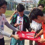 CĐV Nhật Bản đi xem tuyển Việt Nam tập, xin chữ ký Công Phượng