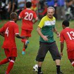 HLV Riedl cho cầu thủ về gặp gia đình trước khi đá bán kết