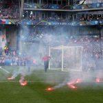 CĐV Croatia ném pháo sáng, đánh lẫn nhau trong trận đấu CH Czech