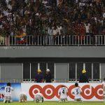 Cầu thủ Myanmar quỳ lạy CĐV trong trận đấu Việt Nam