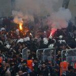 Cảnh sát dùng vòi rồng, bắn hơi cay vào CĐV bóng đá