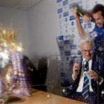 Học trò phun rượu vào Claudio Ranieri khi đang họp báo
