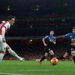 Ozil tỏa sáng, Arsenal lên đỉnh bảng Ngoại hạng Anh