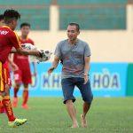 Đội trưởng U19 PVF bị chó cắn giữa trận đấu