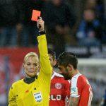 Chê nữ trọng tài, cầu thủ phải cầm còi một trận bóng đá nữ