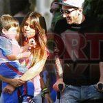 Messi chống nạng đón con đi học về